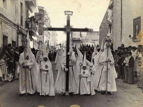 La Cruz de Guía asoma por Calle Merced